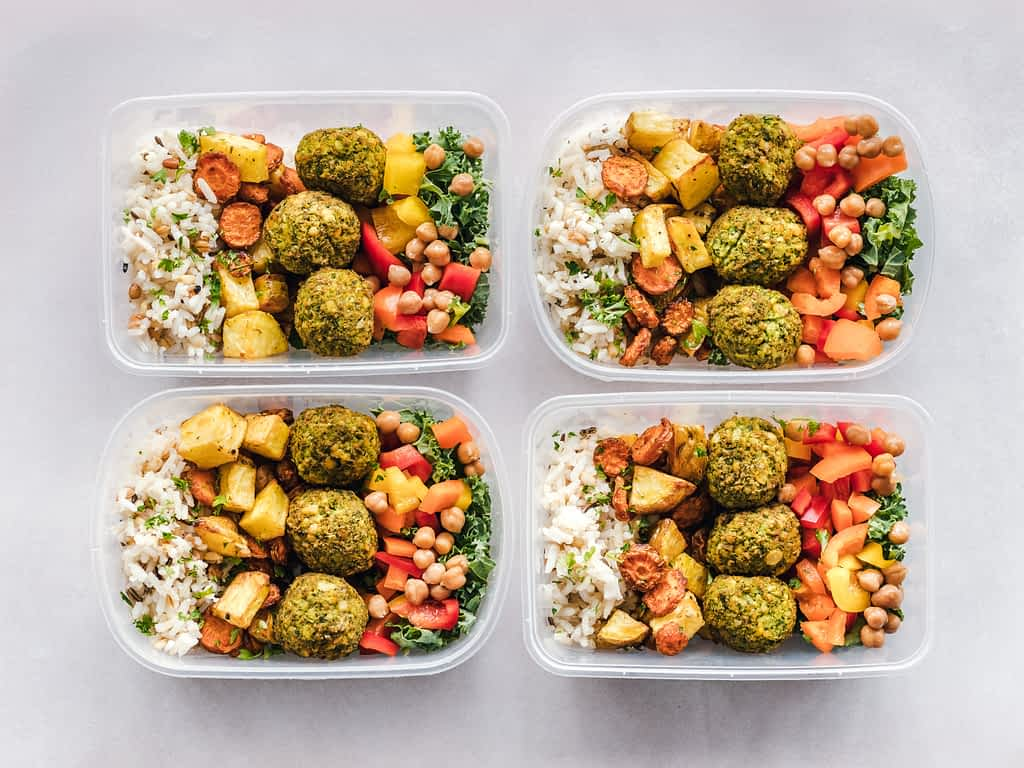 4 Tupperware containers with food